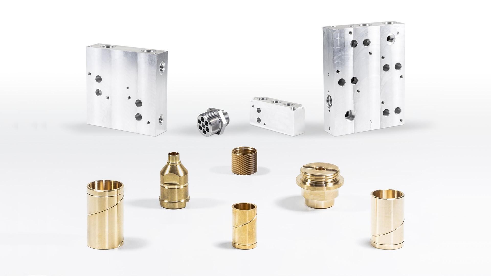 Individuell gefertigte CNC Drehteile und CNC Frästeile produzieren wir für hydraulische Anlagen, wie auf der Abbildung zu sehen.