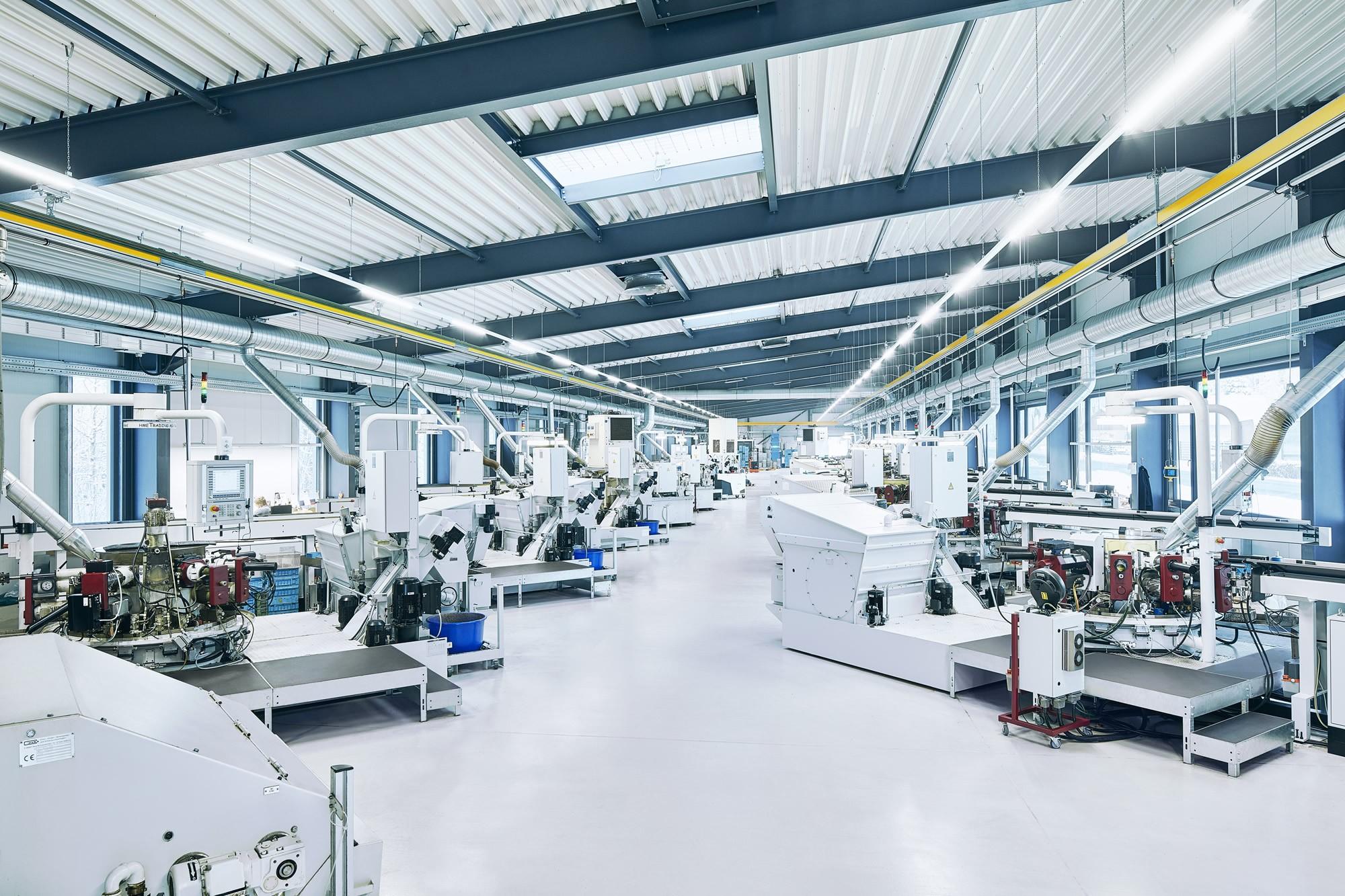 In einer der Fertigungshallen der Herbrig & Co. GmbH stehen mehrere Pfiffner Hydromaten, mit denen komplexe, nicht rotationssymetrische Drehteile in hohen Stückzahlen produziert werden können.